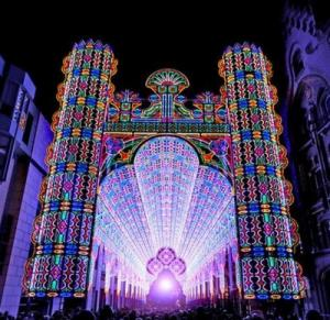 Бельгийский фестиваль света и 55 000 светодиодных ламп на католическом соборе